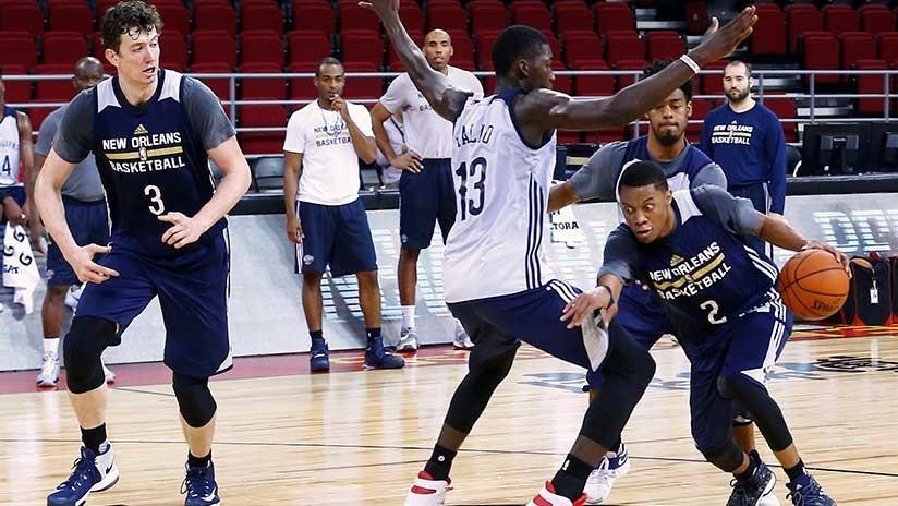 Un intruso calienta con los baloncestistas antes de un partido de la NBA (VIDEO)