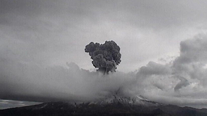 Volcán Popocatépetl registra dos fuertes explosiones y fumarolas de 3 km de altura (FOTOS y VIDEO)