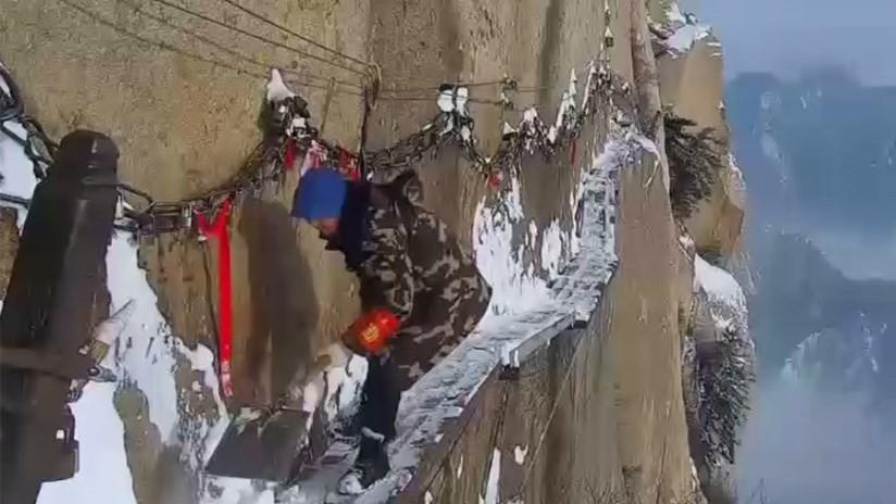 Así quitan la nieve del sendero turístico más peligroso del mundo (VIDEO)