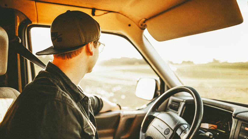 VIDEO: Captan a una conductora cepillándose los dientes al volante