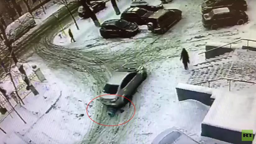 Un niño sale arrastrándose desde debajo de un auto que acaba de atropellarlo (VIDEO)