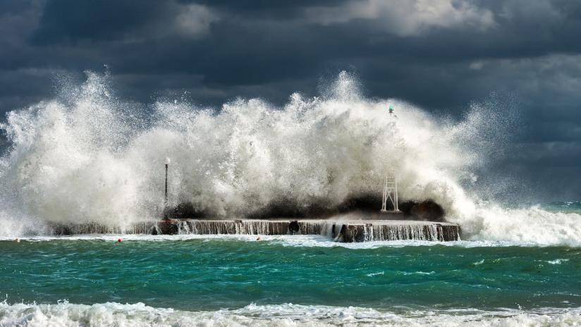 ¿Tormenta perfecta?: Una ola gigante se 'traga' un buque cerca de la Antártida (VIDEO)