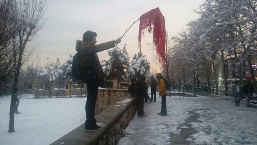 Mujeres iraníes protestan contra el hiyab por primera vez en 40 años (FOTOS, VIDEOS)