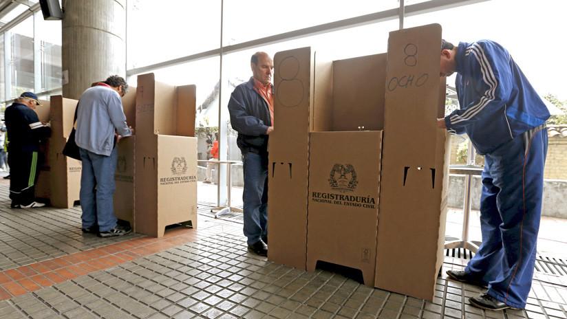 Votaciones en un centro electoral durante las elecciones locales y regionales de octubre de 2015.