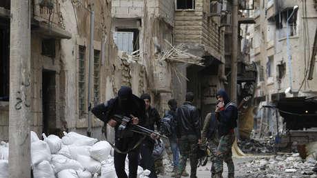 Un combatiente rebelde cruza una calle de la ciudad de Deir ez Zor. Siria, el 3 de febrero de 2014.