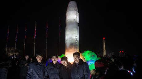 Una escultura de hielo que repite las formas del misil Hwasong-15