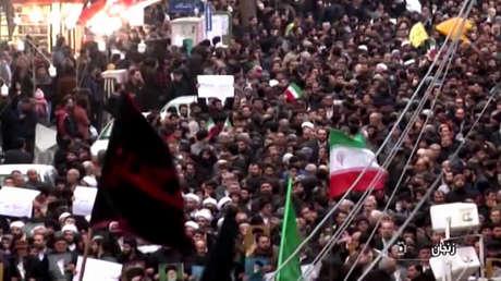 Manifestantes cantan consignas en un marcha en apoyo del Gobierno en la ciudad de Zanjan, Irán. Captura de pantalla de una transmisión de la televisión estatal iraní IRIB, el 1 de enero de 2018.