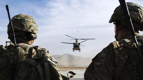 Soldados estadounidenses contemplan el aterrizaje de un helicóptero en la provincia afgana de Paktia, el 21 de diciembre de 2014.