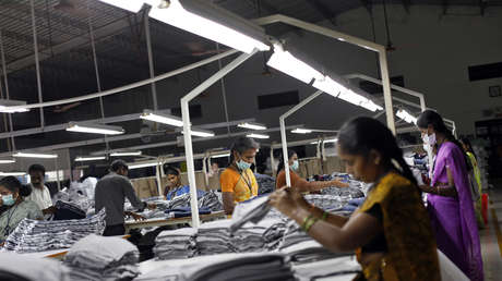 Personal de una fábrica de prendas de vestir para exportación en el estado indio de Tamil Nadu.