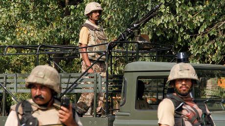 Soldados paquistaníes montan guardia después de que asaltantes suicidas atacaran un vecindario cristiano en las inmediaciones de la ciudad de Peshawar, Pakistán, 2 de septiembre de 2016.