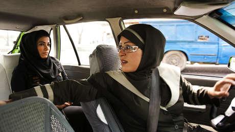 Mujer taxista en Teherán, 21 de agosto de 2011. Forma parte de una compañía que solo atiende a pasajeros mujeres.