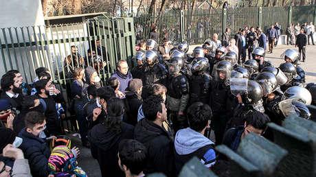 La Policía impide que estudiantes se unan a otros manifestantes en Teherán. Irán, el 30 de diciembre de 2017.