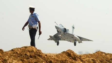 Un avión Mirage despega de un aeródromo indio