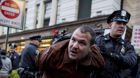 Un policía detiene a un manifestante en el centro de Nueva York.