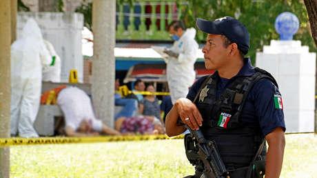 Técnicos forenses trabajan en la escena de un crimen en Villahermosa, Tabasco, el 21 de julio de 2017.