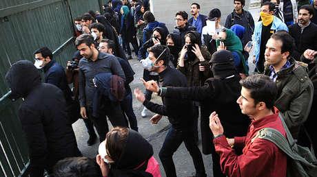 Estudiantes protestan en la Universidad de Teherán el 30 de diciembre de 2017.
