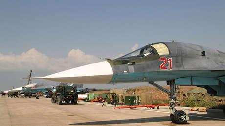 Un caza Sukhoi Su-24 estacionado en el aeródromo de Hmeimim