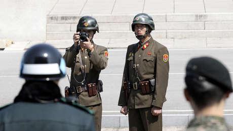 Soldados norcoreanos toman fotos del lado opuesto de la zona desmilitarizada de Panmunjom.