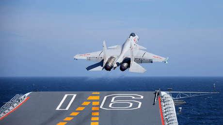 Despegue de un caza Shenyang J-15 del portaviones Liaoning
