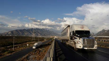 Camión por una carretera de México.