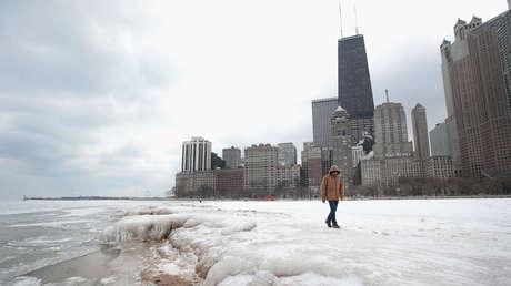 El hielo se acumula a lo largo de la orilla del lago Michigan en Chicago, Illinois, el 3 de enero de 2018.