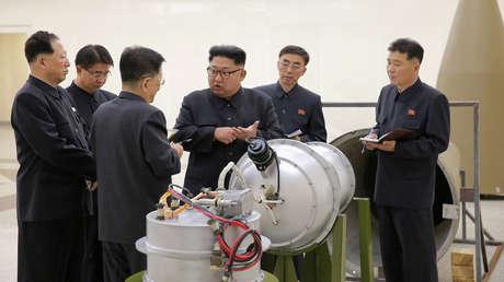 El líder norcoreano Kim Jong-un revisa las mejoras de su programa nuclear. Corea del Norte, Pionyang, el 3 de septiembre de 2017.