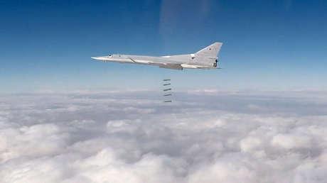 Ataque aéreo de un bombardero Tu-22M3 ruso contra objetivos terroristas en la provincia de Deir ez Zor, Siria, el 26 de noviembre de 2017