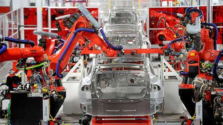 Armas robóticas montan sedanes del Model S de Tesla, en Fremont (California)