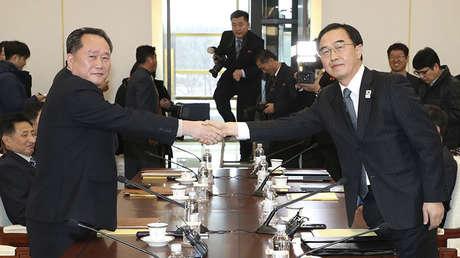 El líder de la delegación norcoreana Ri Son-gwon y su homólogo surcoreano Cho Myoung-gyon, Panmunjom, el 9 de enero de 2018.