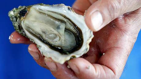 Un hombre come ostras en mal estado y muere víctima de una bacteria 'comecarne' - RT