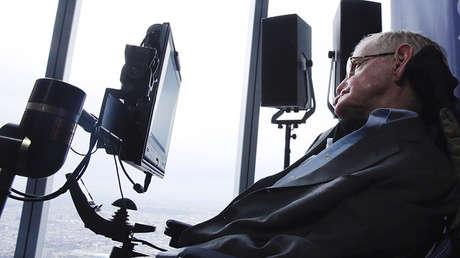 Stephen Hawking se retira del escenario durante un acto del proyecto Breakthrough Starshot en Nueva York (EE.UU.), el 12 de abril de 2016.