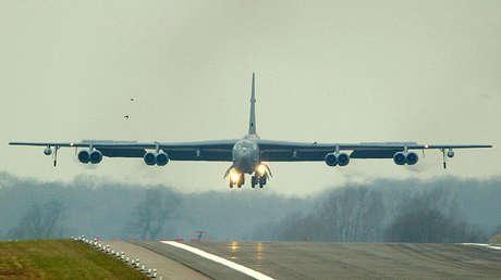 Un bombardero estadounidense B-52 aterriza en la base aérea británica RAF Fairford en Gloucestershire, Reino Unido, el 3 de marzo de 2003.