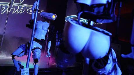 Unas 'robots-strippers' actúan en el club 'Saphire' de Las Vegas (EE.UU.) durante la feria tecnológica CES, el 8 de enero de 2018.