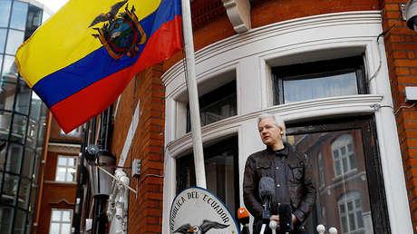 El fundador de WikiLeaks, Julian Assange, en el balcón de la Embajada de Ecuador, Londres, Reino Unido, 19 de mayo de 2017.