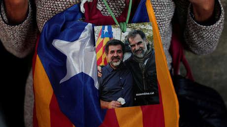 Fotografía de Jordi Sánchez y Jordi Cuixart llevada por un manifestante en Barcelona. 27 de octubre de 2017.