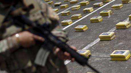 Un policía monta guardia mientras se exhiben paquetes de cocaína secuestrada, en una base policial, en la ciudad de Panamá, el 7 de marzo de 2016.