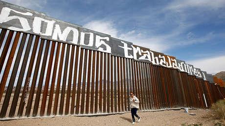 Un grupo de activistas pinta el muro fronterizo entre México y EE.UU. en protesta contra la nueva reforma migratoria de Donald Trump, Ciudad Juárez (México), el 26 de febrero de 2017.