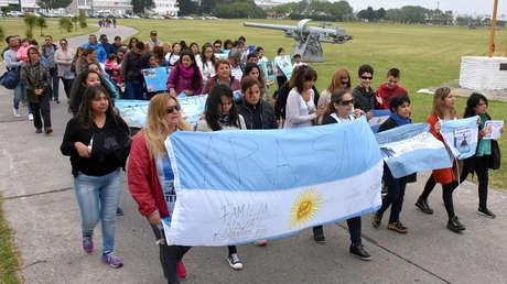 Familiares y amigos de tripulantes del ARA San Juan marchan en la ciudad de Mar del Plata, 3 de diciembre de 2017.