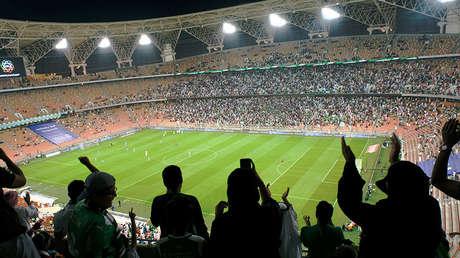 Mujeres saudíes en el partido de fútbol entre Al Ahli y Al Batin en el estadio Ciudad Deportiva Rey Abdalá en Yeda, el 12 de enero de 2018.