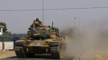 Tanques turcos se dirigen hacia la frontera turco-siria en la provincia de Gaziantep (Turquía), el 25 de agosto de 2016.