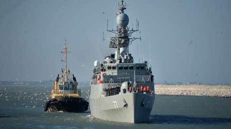 El destructor iraní Damavand es remolcado en el mar Caspio.