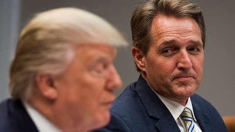 El presidente de EE.UU., Donald Trump, y el senador republicano, Jeff Flake.