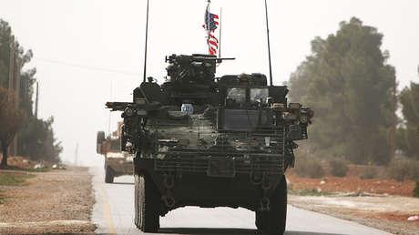 Vehículos del Ejército estadounidense se dirigen al norte de la ciudad siria de Manbij, el 9 de marzo de 2017.