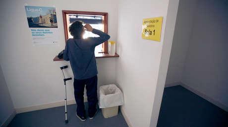 Un paciente toma su dosis de metadona en la clínica de rehabilitación Taipas. Lisboa, 10 de agosto de 2012.
