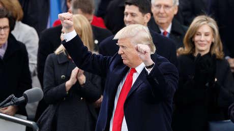 Trump saluda después de prestar juramento como presidente de EE.UU. 20 de enero de 2017.