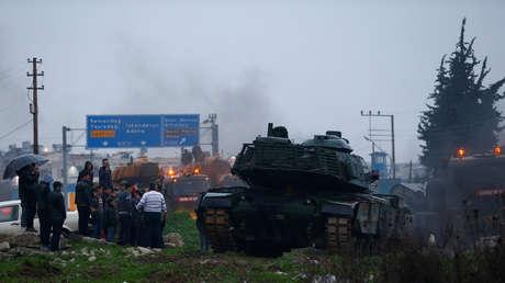 Un convoy turco llega a una base del ejército en la ciudad fronteriza de Reyhanli (Hatay), en Turquía.