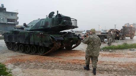 Un tanque turco llega a una base militar en la frontera con Siria. 17 de enero de 2018.