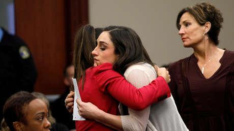 Las gimnastas Aly Raisman y Jordyn Wieber abrazándose durante la sentencia a Larry Nassar en Michigan, Estados Unidos, el 19 de enero de 2018.