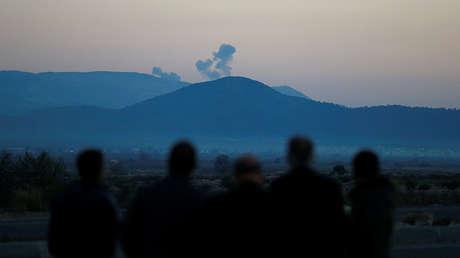 Columnas de humo se elevan desde la región de Afrín en Siria. Imagen tomada desde la ciudad turca de Hassa, en la frontera turco-siria. Turquía, 20 de enero de 2018.