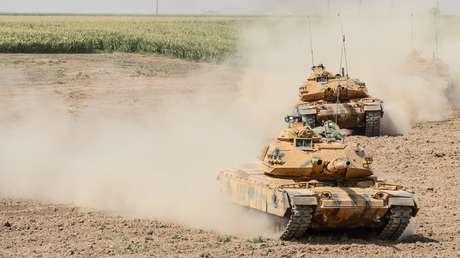 Tanques con bandera turca.